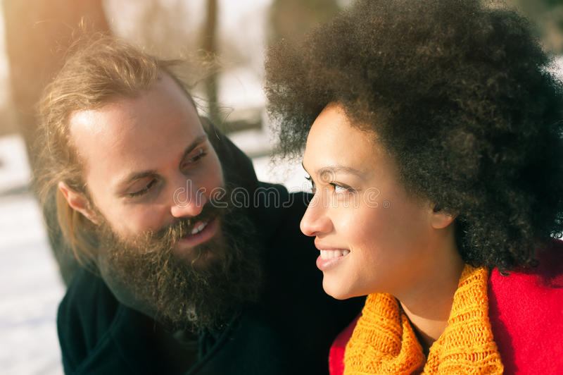 Pares multi-étnicos românticos no amor que abraça na rua imagem de stock