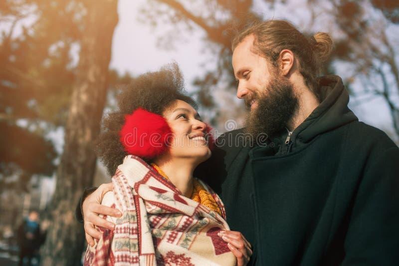 Pares multi-étnicos românticos no amor que abraça na rua imagens de stock