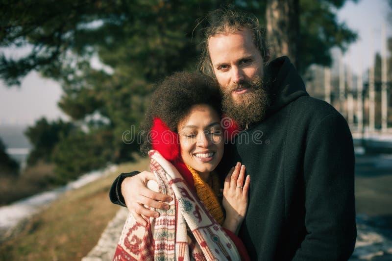 Pares multi-étnicos românticos no amor que abraça na rua fotografia de stock royalty free