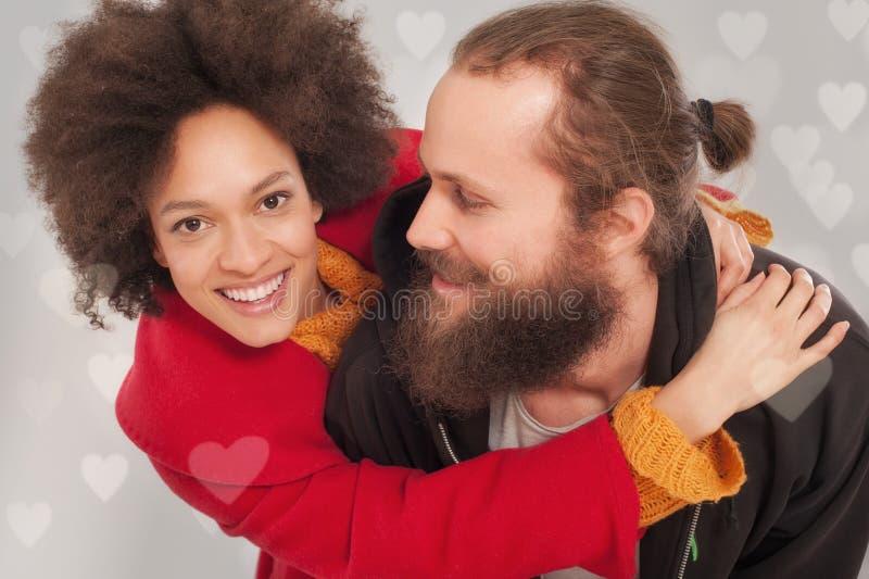 Pares multi-étnicos românticos no amor que abraça no estúdio fotografia de stock