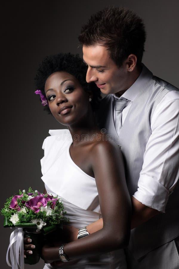 Pares multirraciais do casamento foto de stock