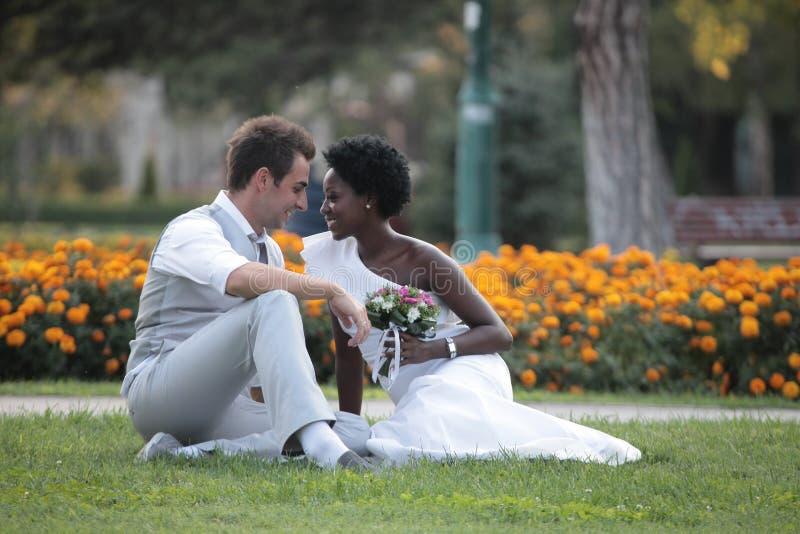 Pares multirraciais do casamento imagem de stock royalty free