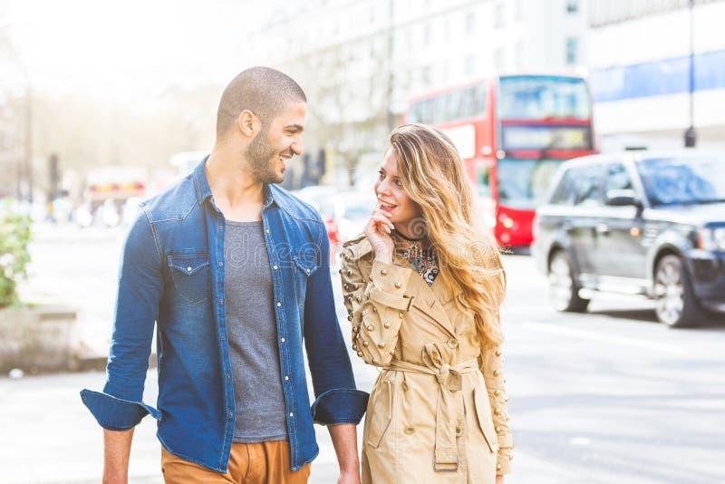 Pares multirraciais que andam em Londres imagens de stock royalty free