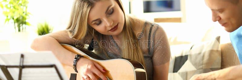 Pares musicais da oficina em casa que jogam a guitarra imagens de stock royalty free