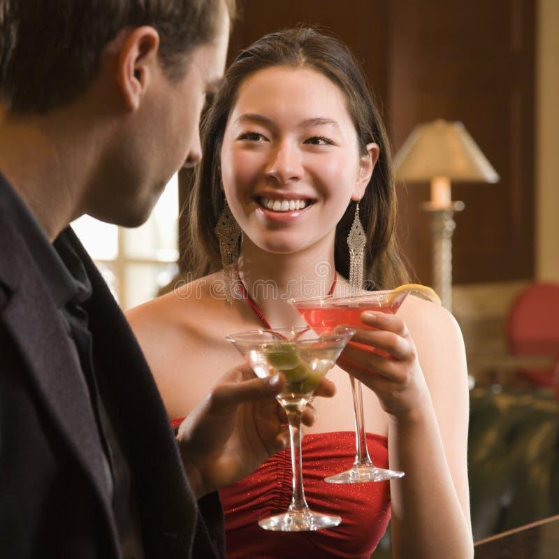 Pares na barra com bebidas. imagens de stock royalty free