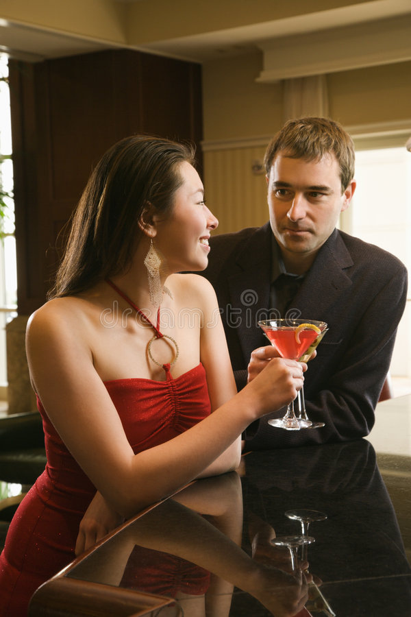 Pares na barra com bebidas. fotografia de stock royalty free