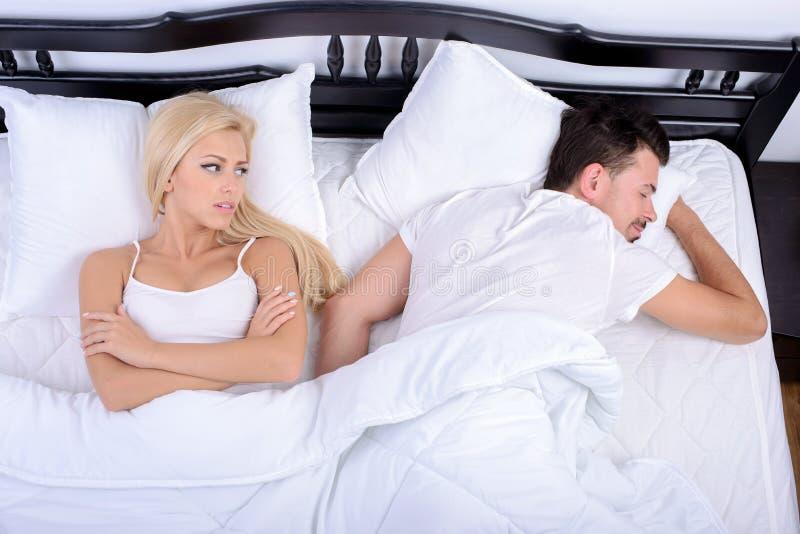 Pares na cama fotografia de stock royalty free