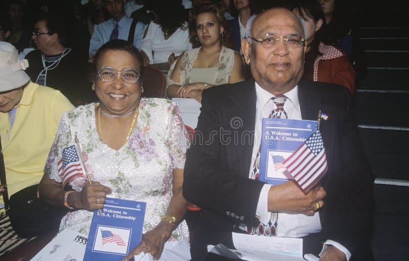 Pares na cerimônia da cidadania, Los Angeles, Califórnia imagens de stock royalty free