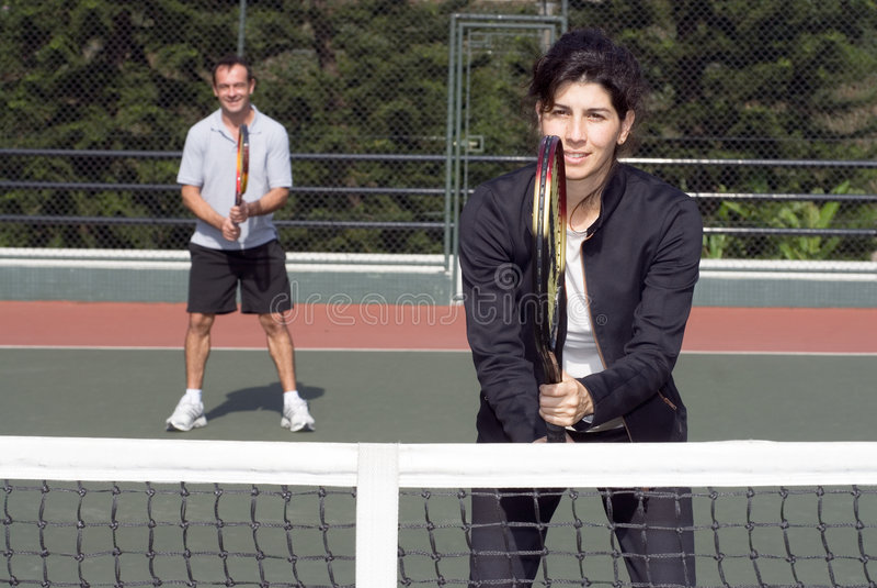 Pares na corte de tênis - horizontal imagens de stock royalty free