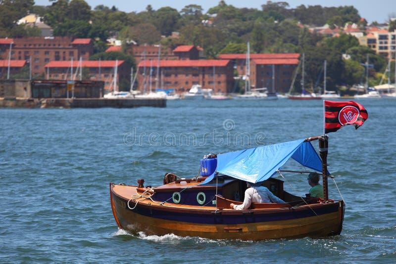 Pares na excursão do barco do vintage