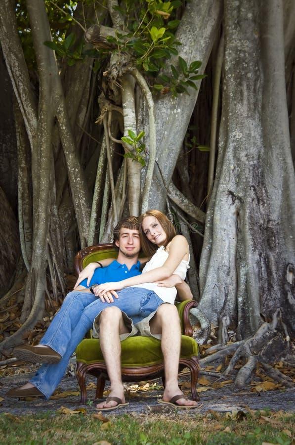 Pares na floresta fotografia de stock royalty free