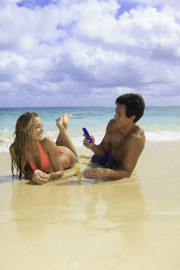 Pares na fotografia da praia fotografia de stock royalty free