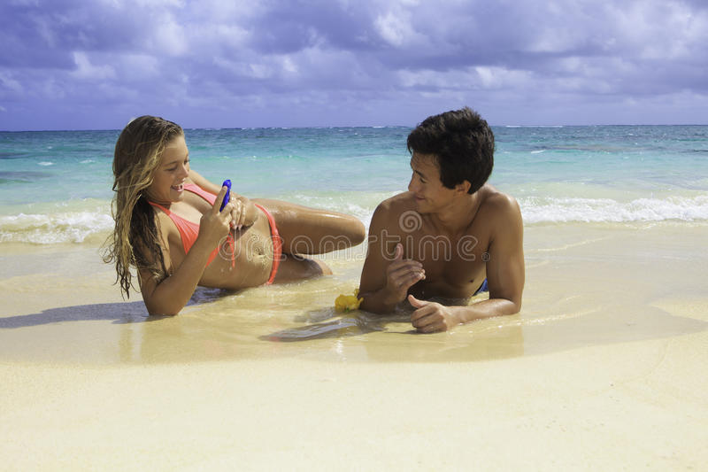 Pares na fotografia da praia imagem de stock
