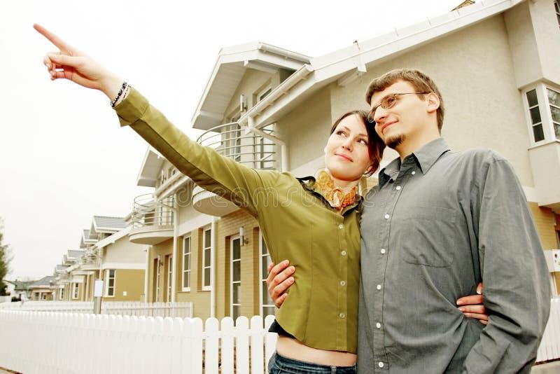 Pares na frente da casa one-family fotos de stock