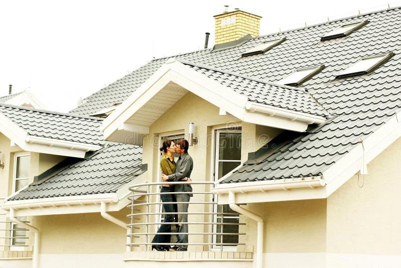 Pares na frente da casa one-family foto de stock royalty free