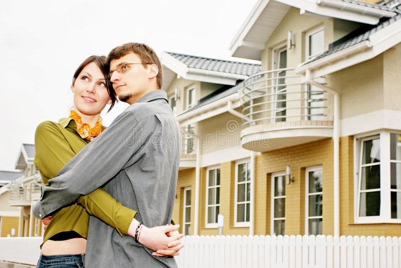 Pares na frente da casa one-family imagem de stock