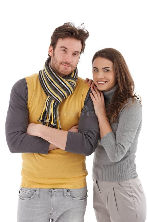 Pares na moda que abraçam o sorriso fotos de stock