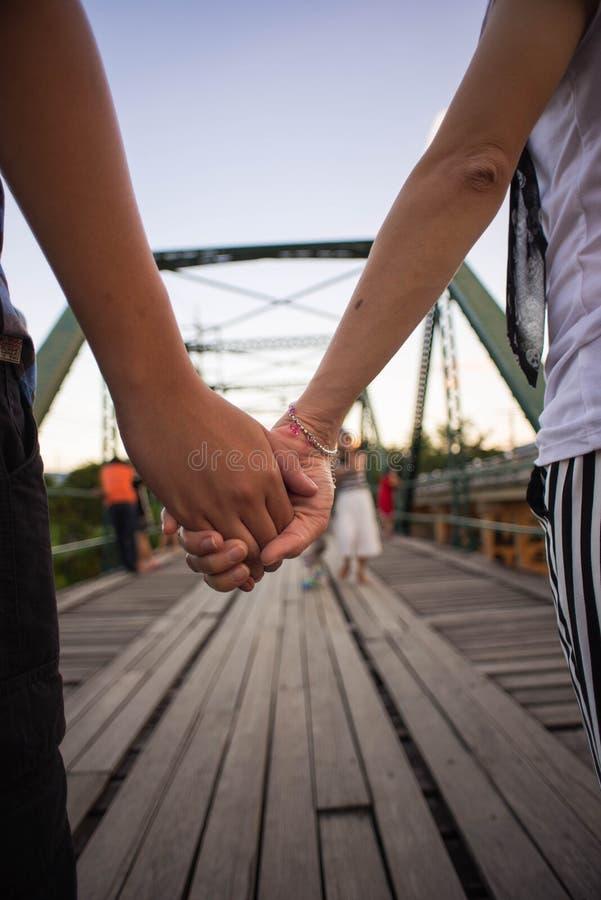 Pares na ponte velha fotografia de stock