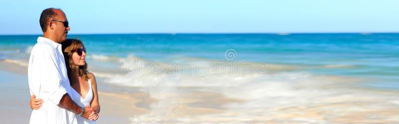 Pares na praia foto de stock