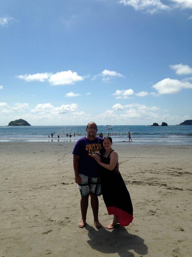Pares na praia em Costa Rica fotos de stock
