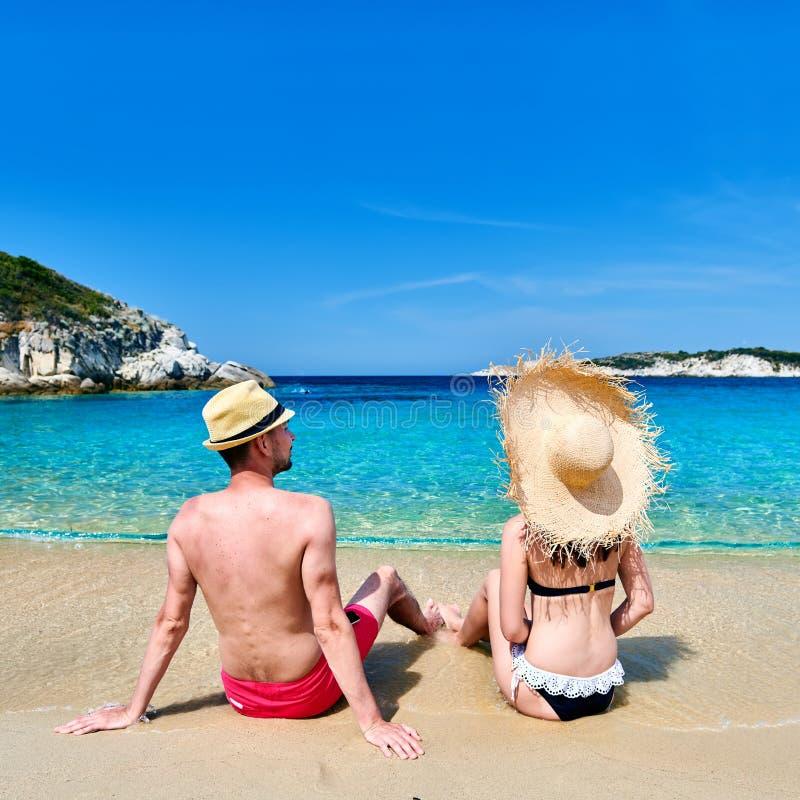 Pares na praia em Grécia fotos de stock