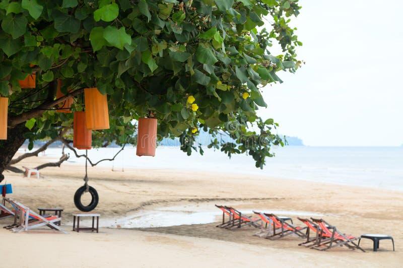 Pares na praia no conceito tropical do compartimento do curso do recurso fotografia de stock