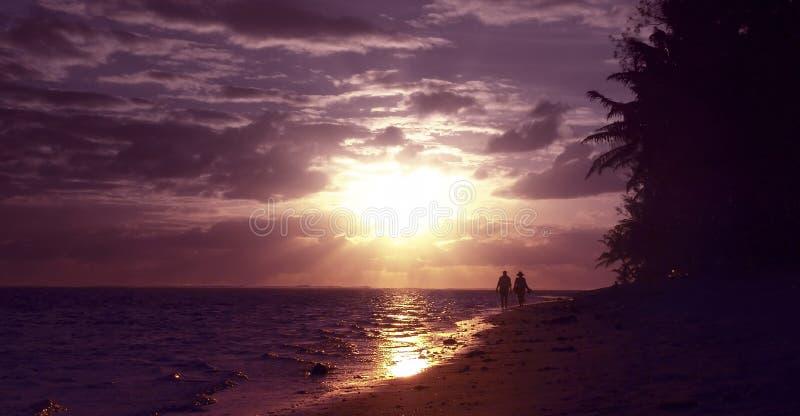 Pares na praia tropical imagens de stock royalty free