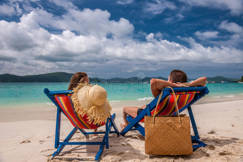 Pares na praia tropical nos vadios fotografia de stock royalty free