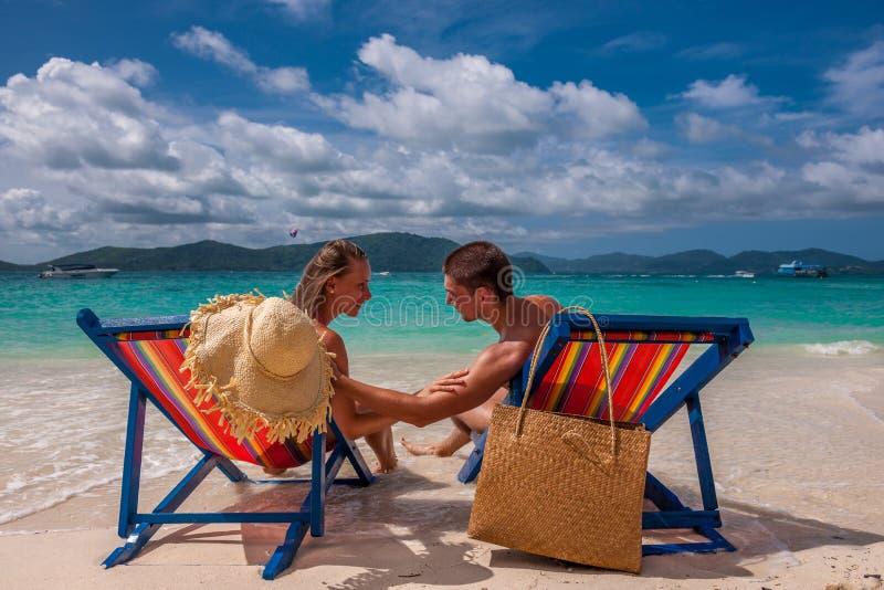 Pares na praia tropical nos vadios fotos de stock royalty free