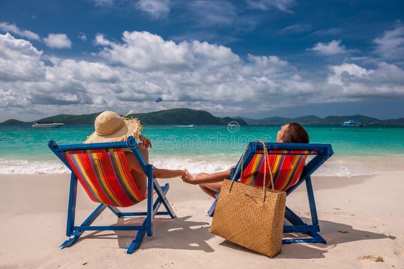 Pares na praia tropical nos vadios fotografia de stock