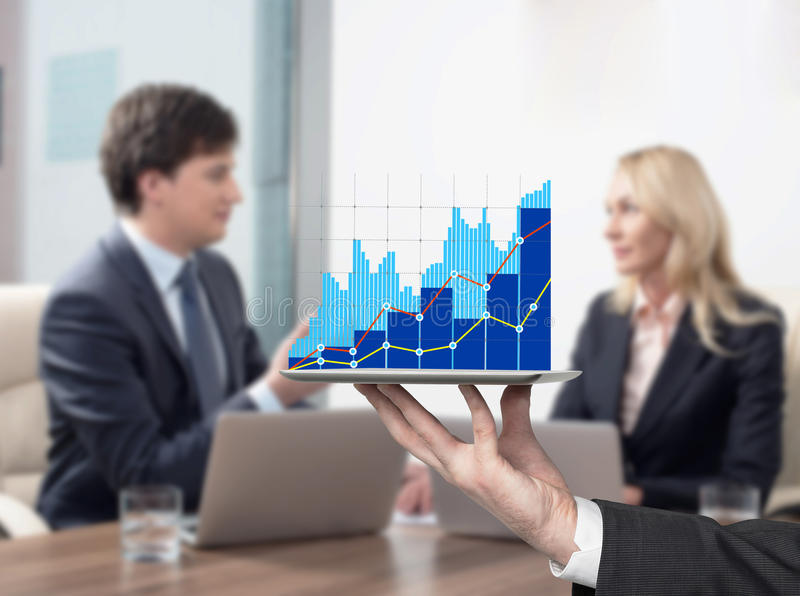 Pares na reunião de negócios Carta de barra no dispositivo imagens de stock royalty free