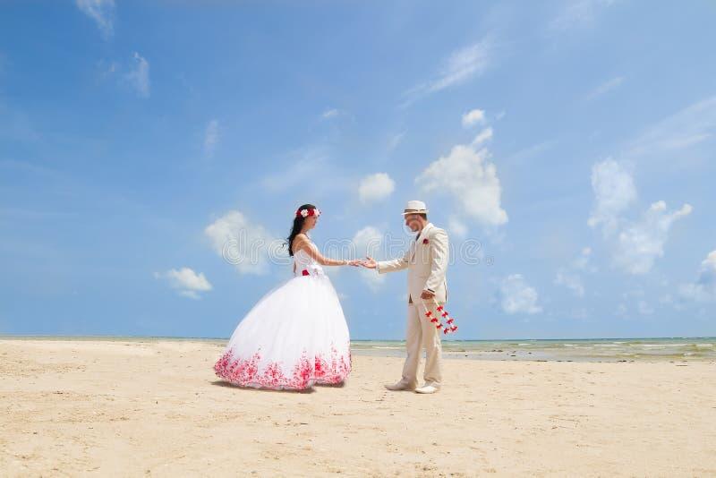 Pares na roupa do casamento imagem de stock royalty free