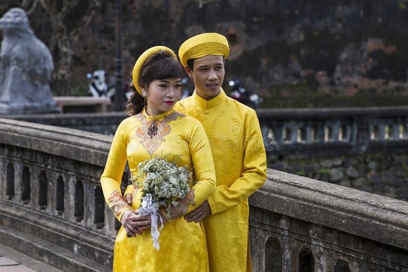 Pares na roupa tradicional em Royal Palace na matiz, Vi do casamento imagens de stock