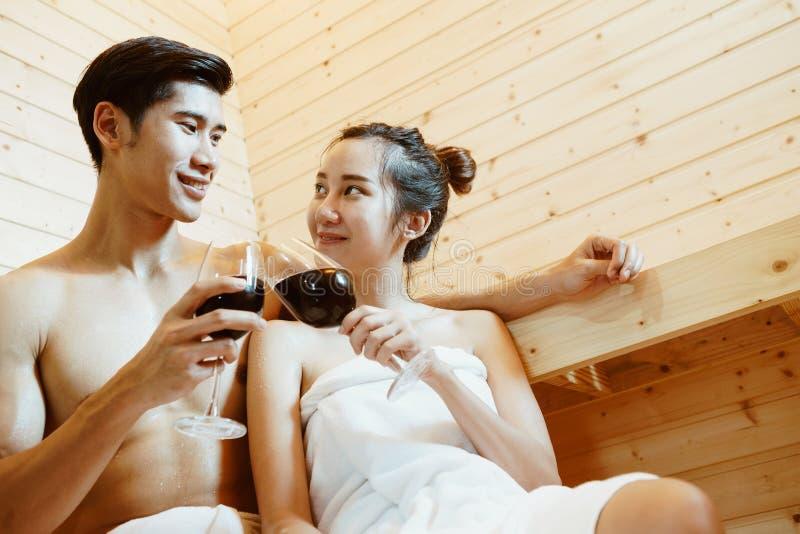 Pares na sauna foto de stock