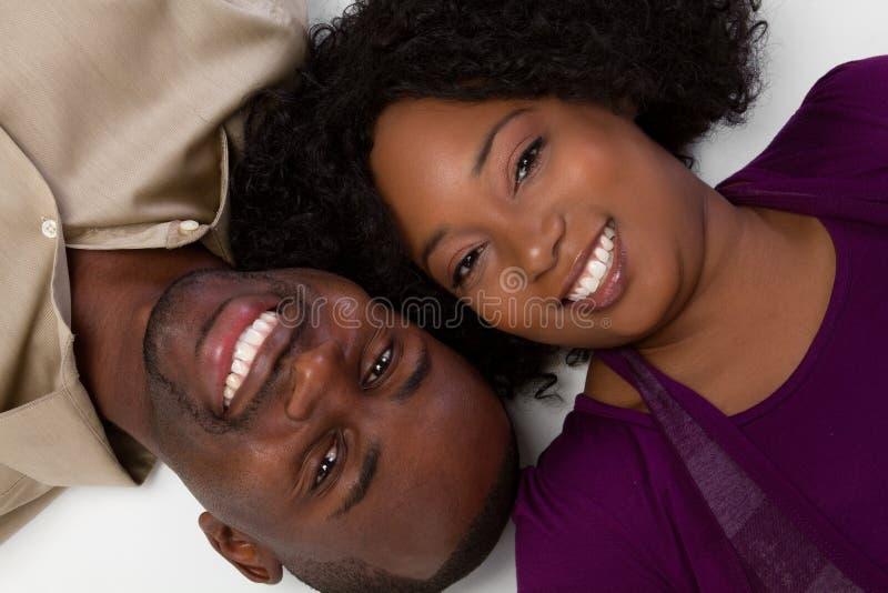 Pares negros felices fotos de archivo