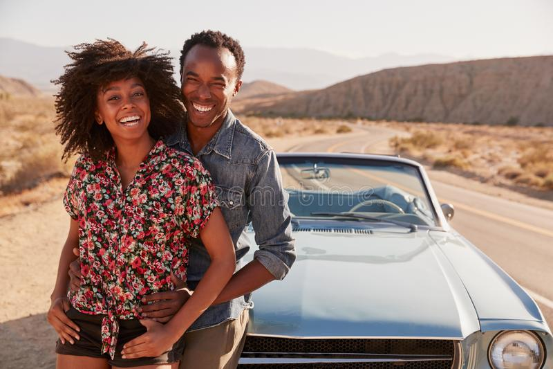 Pares negros jovenes en el viaje por carretera que hace que un borde de la carretera pare apagado fotos de archivo libres de regalías
