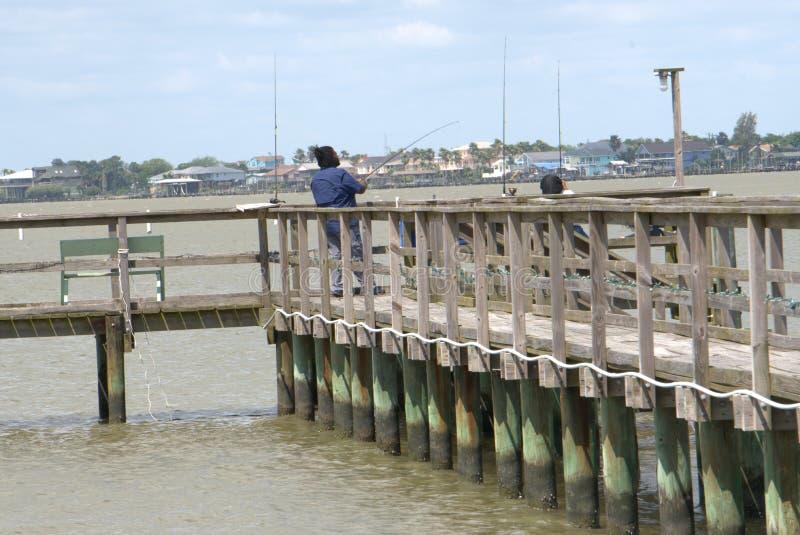 Pares negros Pier Fishing Gulf Coast en San León, TX foto de archivo