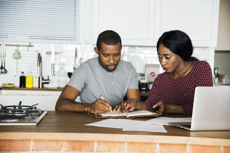 Pares negros que trabajan en la cocina foto de archivo libre de regalías