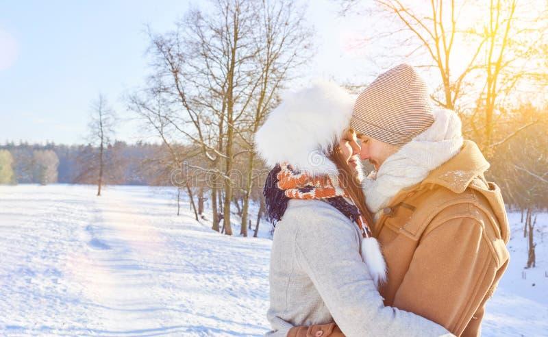Pares no abraço do amor no inverno imagens de stock