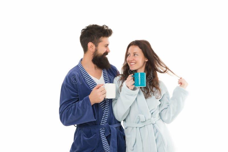 Pares no amor Café da manhã Café feliz da bebida dos pares Manhã feliz do café da manhã da família em casa Pares felizes da famíl fotografia de stock