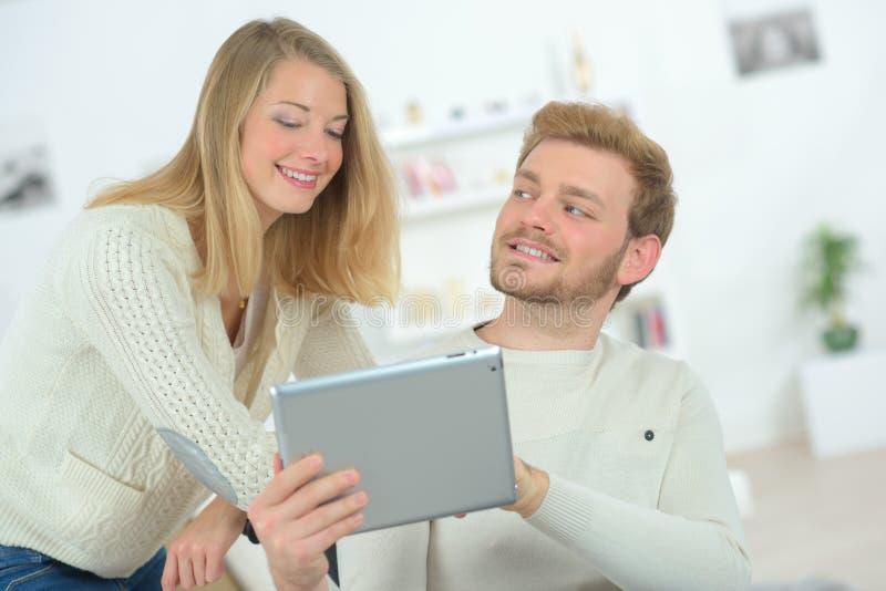 Pares no amor com sua tabuleta imagens de stock royalty free