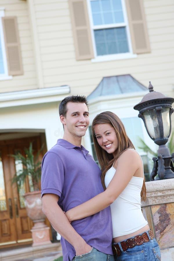 Pares no amor na frente da HOME foto de stock royalty free