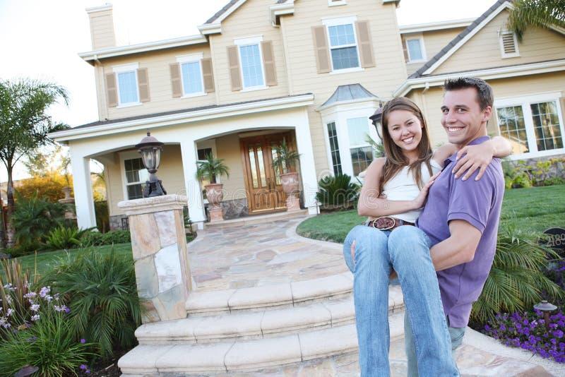 Pares no amor na HOME dianteira foto de stock royalty free