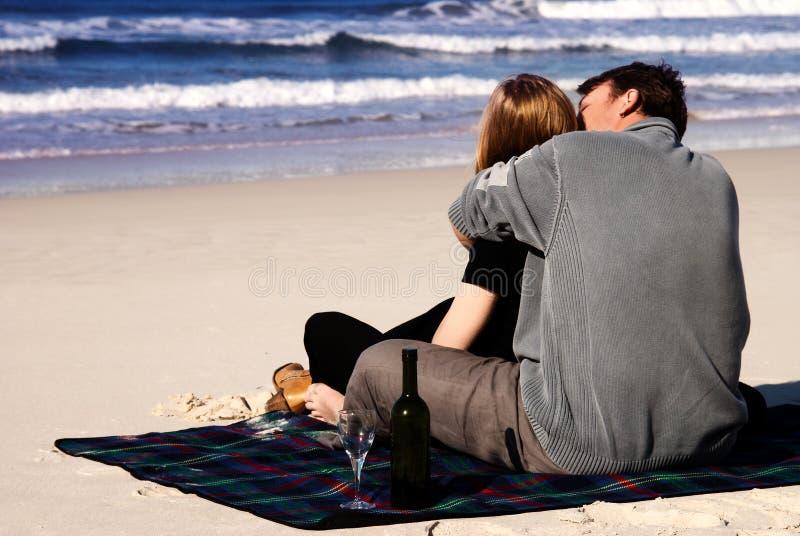 Pares no amor na praia fotografia de stock