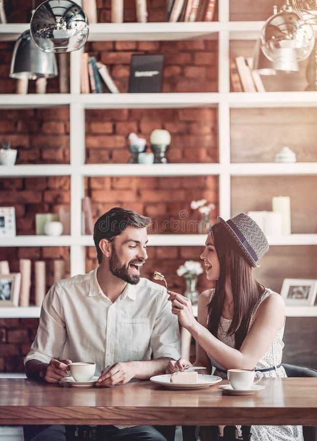 Pares no amor no café fotografia de stock