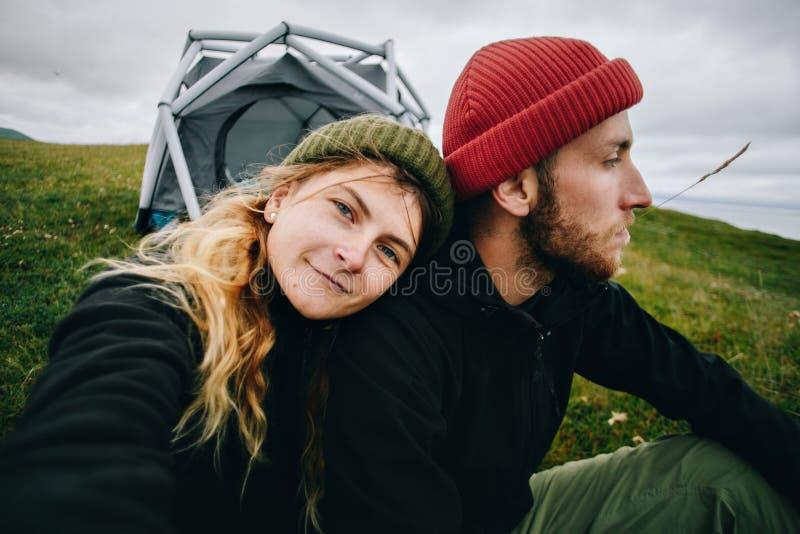 Pares no amor para fazer o selfie no acampamento fotografia de stock royalty free