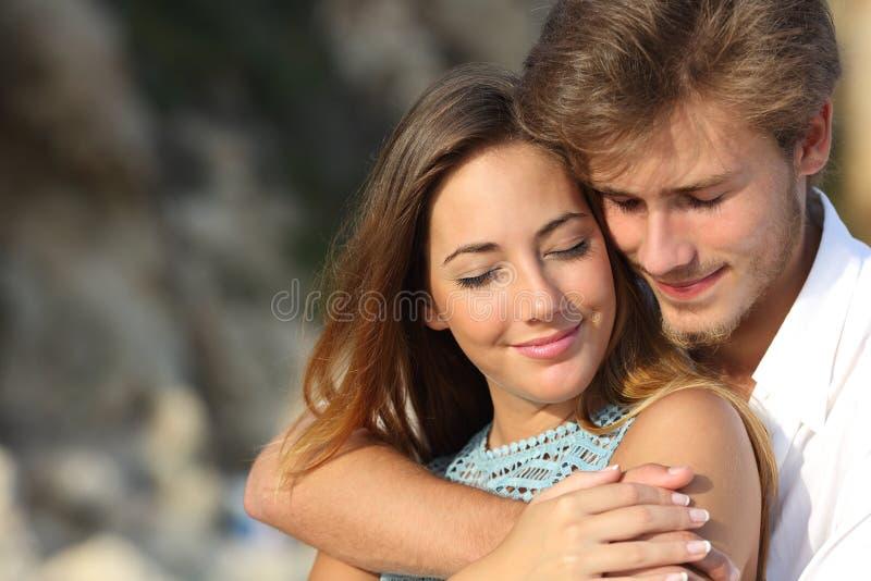 Pares no amor que abraça e que sente o romance imagens de stock