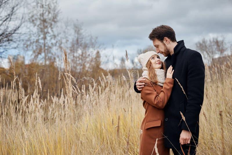 Pares no amor que anda no parque, dia de Valentim Um homem e uma mulher abraçam e beijo, um par no amor, sentimentos macios e amo fotografia de stock