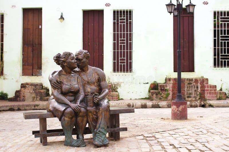 Pares no amor que beija e que abraça a escultura de bronze imagens de stock royalty free