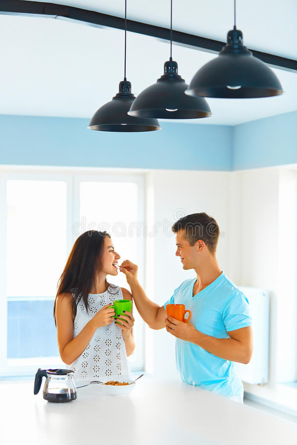 Pares no amor que come o café da manhã imagens de stock royalty free